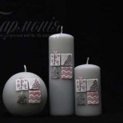 Свічка оздоблена сіра «Мозаїка з ялинками і подарунками»