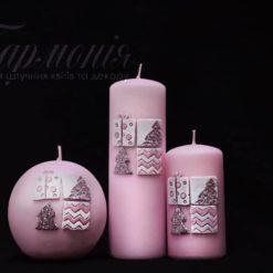 Свічка оздоблена рожева «Мозаїка з ялинками і подарунками»