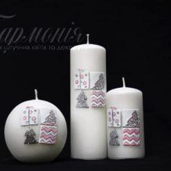 Свічка оздоблена біла «Мозаїка з ялинками і подарунками»